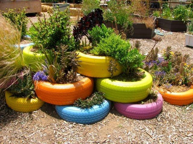 Pneus velhos podem se transformar em vasos de jardim for Decorar jardin economico