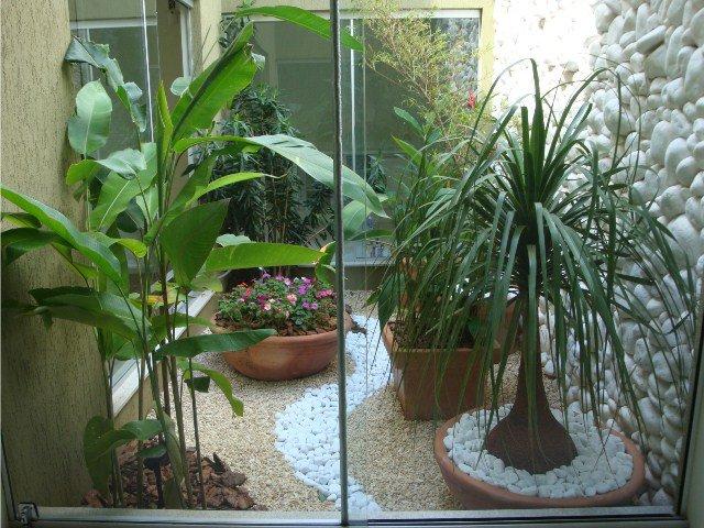 Jardim Interno Cercado com Vidros