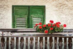 Caixote com flores na varanda