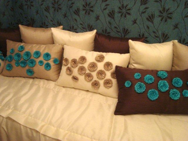 Flores em tecido nas almofadas
