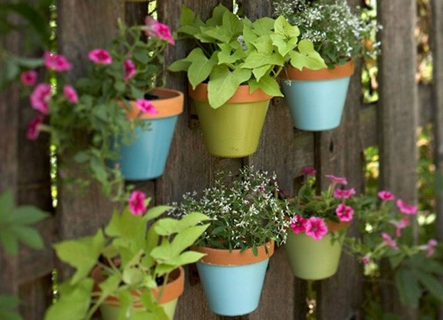jardim vertical flores:Hanging Flower Pots On Fence