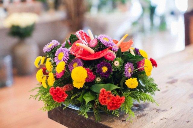 Arranjo de flores com folhas