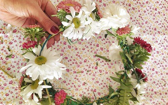 Arranjos de flores nos cabelos podem ser coroas
