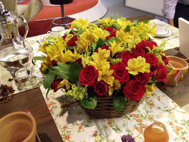 Arranjo de flores vermelha e amarela
