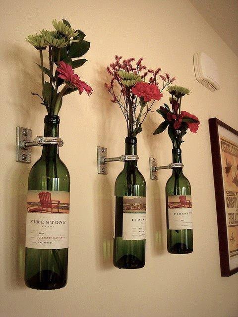 Decoração de garrafas de vinho na parede com flores