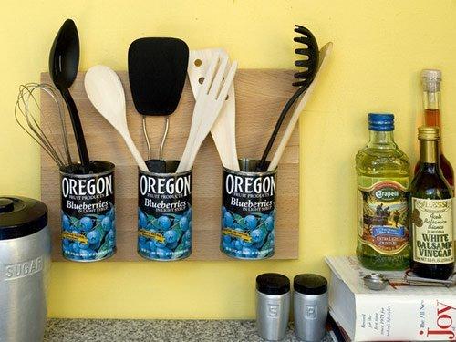 Decoração da cozinha com latas de condimentos