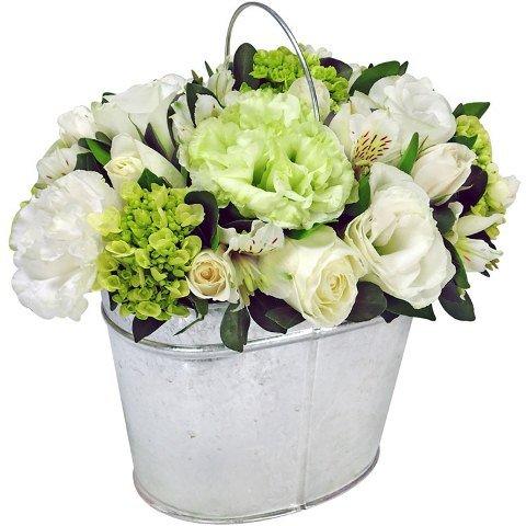 Arranjo de flores em balde