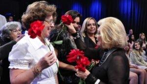 Hebe Camargo com rosas