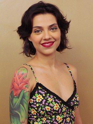 Letícia Persiles e tatuagem de flor