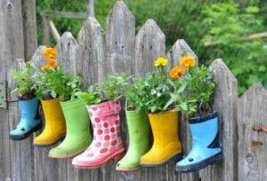 Como fazer jardim reciclável com sapatos e botas velhas