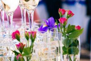 decoração com flores e taças