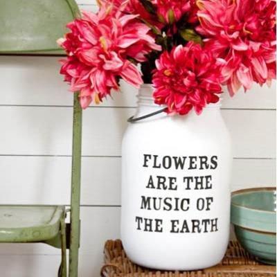 Vaso com frases sobre flores - Fonte: The Lettered Cottage