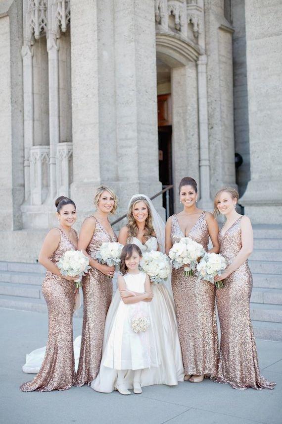 Buquês das daminhas combinando com as noivas: fonte da imagem: aisleperfect.com/