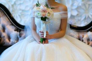 noiva segurando o buquê de flores para o seu casamento