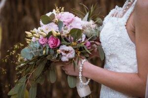 noiva com um Buquê de Flores usar em seu Casamento