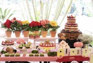 Decoração de Festa Infantil com arranjos de flores