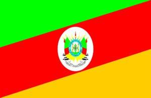 Bandeira nas cores amarelas, verde e vermelha com brasão ao centro